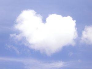 nuage coeur dans le ciel